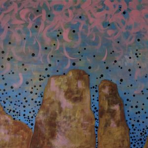 montagnes ocre sur fond de ciel bleu taché de gouttes bleu-noir et de plumes roses