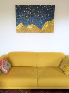tableau in situ canapé jaune